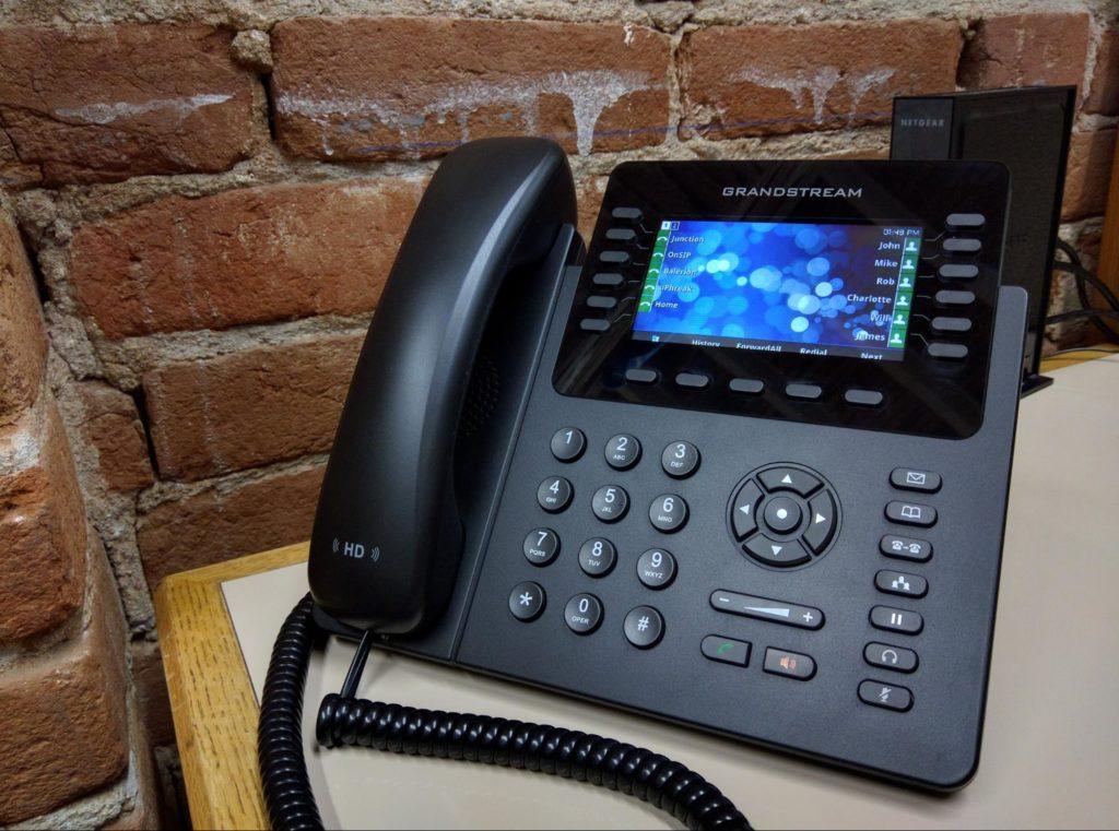 Grandstream IP telefon z barvnim zaslonom in dodatnimi tipkami na zaslonu